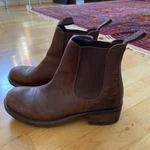 Mörkbruna låga Johnny Bulls i läder. I storlek 37 men passar även de med storlek 38.