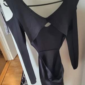 oanvänd svart fest klänning,  öppen på sidorna och öppen rygg. aldrig använd och helt nytt skick! storlek M: passar även S.