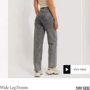 Säljer dessa jättesnygga jeans i en snygg grå färg!🤍OBS! De är förstora på mig så kommer antagligen vara snyggare på dig! De är insydda i midjan, men det är jättelätt att ta bort (jag kan göra det om du vill). Hur de sitter på mig är typ samma som de blåa jeansen jag sålt tidigare. Storlek 36, jag är ca 170 cm:-) Skriv om du har frågor, priset kan diskuteras! BYTER GÄRNA!!☘️ Färgen mer som på första bilden