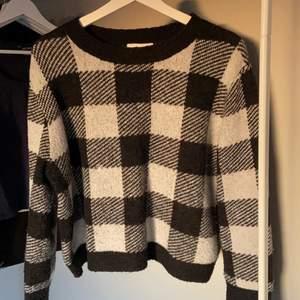 Rutig stickad tröja från HM i storlek M som tyvär inte kommer till användning längre! Passar perfekt på mig som brukar ha s.