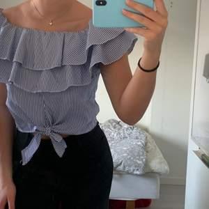 En vit och blå randig blus! Jätte söt och fin! Köpt i spaninen! 💙🤍 St S men passar mer Xs