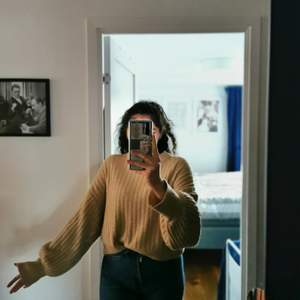 Tröja från Gina tricot. Köpt för 2 år sedan och varit en favorit i garderoben tyvärr inte använt den alls sedan sommarn och väljer då att sälja den så den kan hitta ett nytt hem! En tröja som passar till det mesta! I använt skick! Storlek S men är over size.