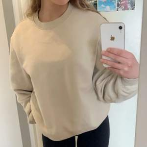 Beige basic sweatshirt från h&m. Tjockt och mjukt material. Storlek S💞skriv privat för mer bilder eller information.