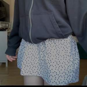 Säljer min kjol från shein för att jag fick två super fin till allt. Aldrig använt❤️ original pris 129