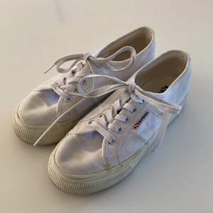 Vita Superga sneakers. Lite fula märken på sidan. Syns inte från långt håll