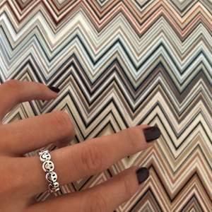 Justerbar ring i äkta silver. För referens har jag den på det minsta på bilderna och brukar ha 16mm i inre diameter på ringar, men den går att göra större så att den passar alla.