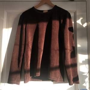 Brun manchester tröja i nyskick, köparen står för frakten <3(färgen syns bäst i skuggan på bild 3)
