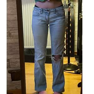 Miss sixty jeans fick dom av en kompis men de känns lite försmå, välanvända och har ett hål över högra framfickan, fråga om du undrar ngt :) Köparen står för frakt 💕