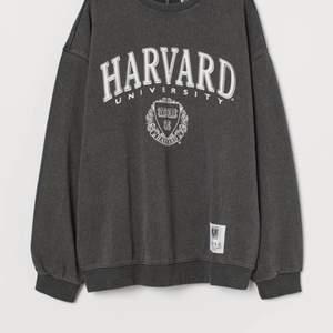 En jättefin sweatshirt som jag köpte på hm för 300kr nypris som inte längre är min stil💕 Använd cirka 3 ggr så i väldigt bra skick💕 skicka pm om du har frågor eller vill ha fler bilder💕 frakt ingår :)