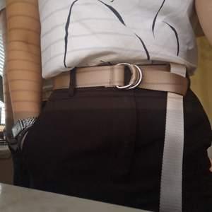 Beige D-ring skärp från bikbok. Tveka inte och höra av dig om du undrar något. Frakten ingår i priset och använder plicksafe om så önskas😄