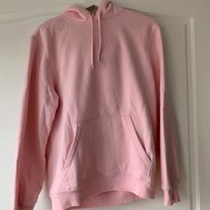 En fin rosa hoodie från hm i herrstorlek xs. Den är använd ett fåtal gånger och kommer inte till användning längre därav säljer jag den💕💕