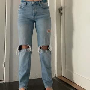 Slutsålda jeans från Zara i storlek 40 men passar nog bäst 36/38 om man vill ha dem lite pösigare än vad de sitter på mig. Budgivning om fler är intresserade. Skriv för fler bilder. Köparen står för frakt.