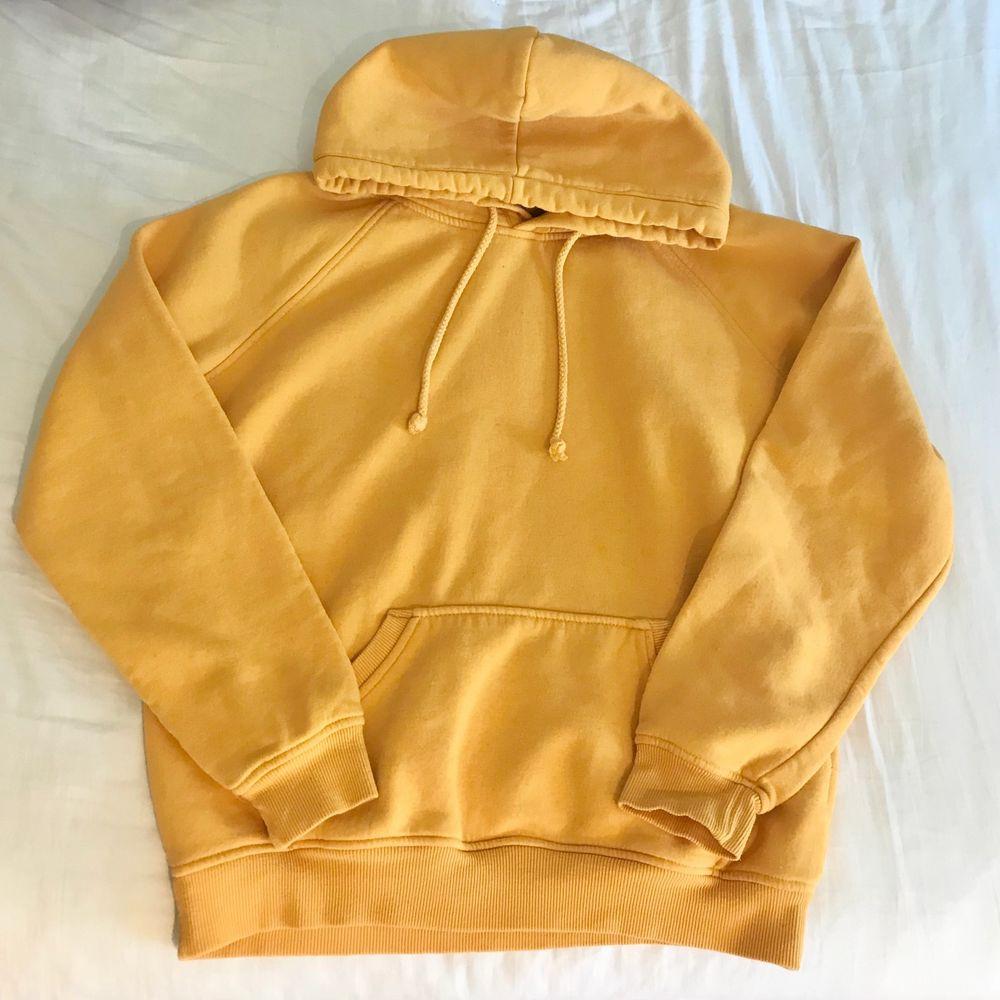 oversized gul hoodie!! väldigt mysig och baggy, passar som en M och är bra skick :)) jag är 1,60 för referens . Huvtröjor & Träningströjor.