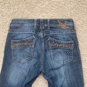 Gör en intressekoll på dessa fina 2000s jeans! Sitter perfekt på mig som är 166cm💖