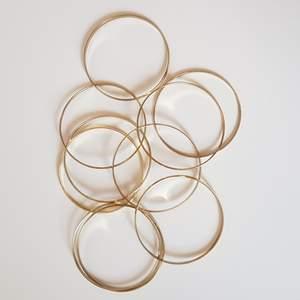 Ett set med många armband i guld. Trendigt. Passar att använda både ett fåtal eller alla armband på samma gång. Armbanden är olika tjocka (se bild 2). Köparen står för frakten.