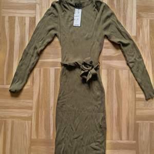 Militärgrön ribbad midiklänning med skärp, köpt från New Yorker. Aldrig använd och kommer ej till användning så säljer den 🥰 väldigt snygg till våren ✨ storlek 40 men då den är väldigt åtsittande går det även för 38 ✨ nypris är 219.- (färgen ändrad i bilden för att matcha klänningens verkliga färg)