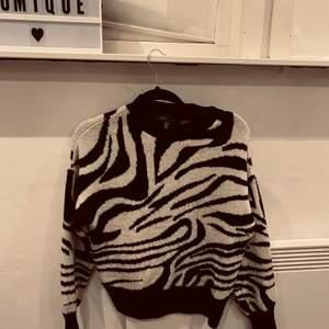 Fin zebra stickad tröja i storlek xs men passar även s. Använd 1-2 gånger så som ny!