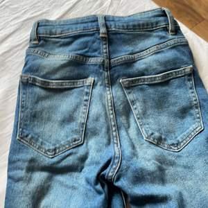 De är tighta vid midjan, låren och knäna. Sedan är de mindre tighta vid smalbenen, men det är inte bootcut. Säljer för att de är för små/för tighta, lägg märke till att jag brukar ha 34/36 i byxor.