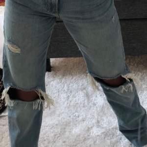 Populära snygga blåa zarajeans med slitningar vid knäna. Köpte förra sommarn och säljer för att dom börjar bli för små, det är bara säga till för fler bilder!