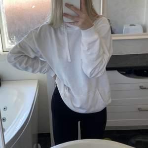Säljer denna vita oversize hoodie då jag aldrig använt den och den bara tar plats i garderoben
