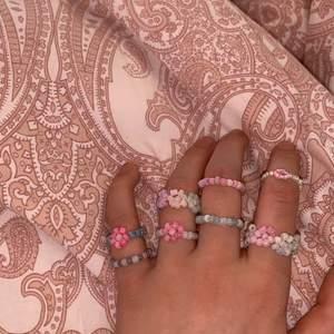 Jättefina ringar och armband! Om ni vill beställa en ring, är det bara att säga nummer av färgerna ni vill ha som, jag vill ha en ring med blommor med färgerna 2368