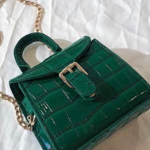 Grön liten väska med måtten 13x6x11 cm  aldrig använd. 💚 plus frakt ca 40 kr