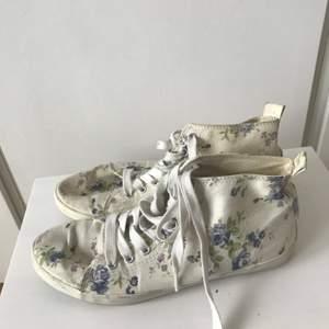 (BLOMMIGA ÄR SÅLDA!)Säljer dessa två par skor. Går att köpa som paket eller för sig. Dem blommiga skorna har några fläckar som knappt är synliga och de gröna skorna har ett trasigt skosnöre, därav det billiga priset. Paketpris: 59 kr ett par: 35 kr. Dem gröna skorna är i storlek 38 och dem blommiga är i storlek 37. För fler bilder eller frågor är det bara att höra av sig!