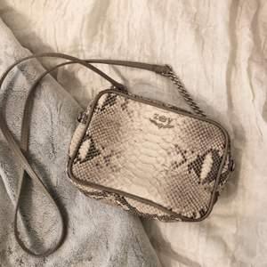 Supersöt crossbody väska i ormmönster från Zadig & Voltaire! Fint skick:) Väskan har den gamla loggan (säljs inte längre) vilket ger en med vintage känsla. Nypris 2299kr, skynda fynda för 600kr