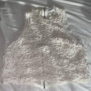 Vitt spets linne från Zara. Har blivit använd några gånger men är i bra skick. Det är olika sorters spets på fram och baksidan. 🤍Köparen står för frakt🤍