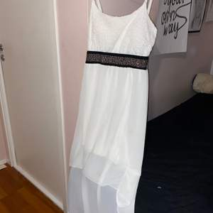 Säljer min vita klänning med spets upptill och ett fint svall nertill. Storlek S. Endast använd 2 gånger.