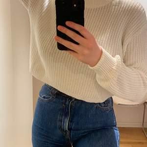 Vit stickad tröja, croppad, så ganska kort, betraktas att vara i storlek S❣️