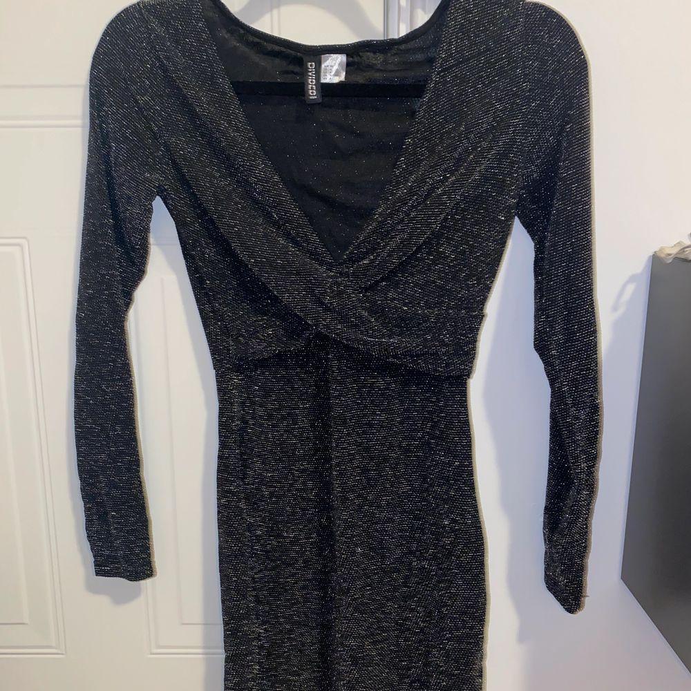 Grå glittrig klänning från H&M, använd en nyår, lagom kort, strl 36. Klänningar.