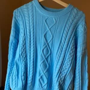 En blå stickad tröja från Tommy Hilfiger. Endast använd en gång förra sommaren men inget mer. Jätte fint skick med litet TH märke längst ut på armen. Storlek M men passar också som S väldigt bra. Köptes för 950, men säljer för 500 inklusive frakt, pris kan diskuteras💕💕