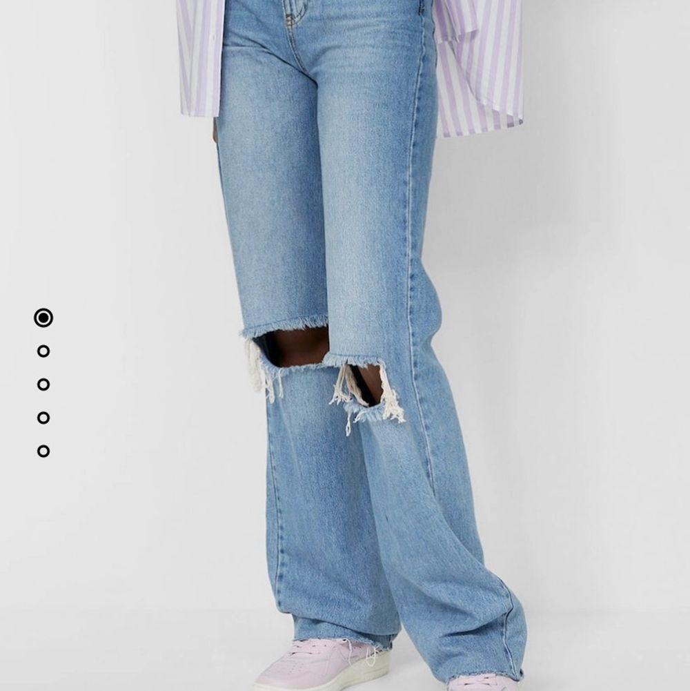 Säljer dessa högmidjade jeans från Stradivarius, helt nya med prislapp kvar, säljer för att de var för små för mig. Storlek 32. 300kr + frakt (72kr). Jeans & Byxor.
