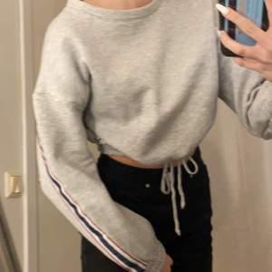 Nu säljer jag min fantastiska sweatshirt från Intersport i storlek xs/s. Denna tröja har vit, blå och röda band på sidan och är åtdragbar i midjan hur mycket/ lite man vill. Jätte fin passform och är använd ca två gånger.😊