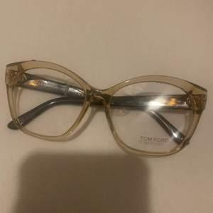 Oanvända Tom Ford glasögon utan styrka, nypris är 3299 som man kan se på tagen som sitter kvar. Säljer dom för 500 då dom bara ligger och skräpar. Frakt ingår i priset. Pris kan även disskuteras vid snabb affär💕