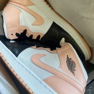 Säljer dessa helt nya & oanvända Jordan 1 Mid Crimson tint. Finns i storlek 37, 37,5 & 38, Köpta från JD, kvitto kan uppvisas! Fraktas spårbart & dubbelboxat på köparens bekostnad. Kolla in @LocalJords på Instagram för fler limiterade Jordans!