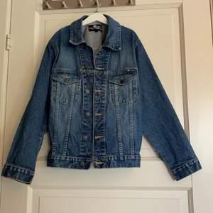 Jag har aldrig använt den själv men jag köpte den här på ✨plick✨ och jag skulle säga att den är i bra skick,storlek 52💜jag köpte jackan för 200 och säljer jeansjackan för 80 kr💙köparen betalar frakten❣️