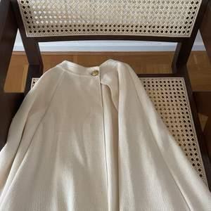 Super snygg cape från busnel, färg är offwhite/ljus beige. Storlek: 0 size, one size. Använt 2 ggr. Nypris:  över 3500kr säljer för 1000kr