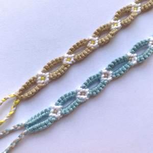 Knyter egna armband med blommor! Otroligt slitstarka så det perfekta sommar-armbandet! Jag knyter på beställning och då för man välja färger själv. De tar ganska lång tid att knyta därmed priset. Frakt ingår!💘🌸☀️