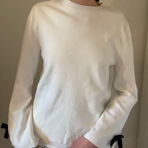 Superfin tröja i fint skick med snygg detalj på ärmen😊 Storlek 164 men passar även xs/s! Köpare står för frakt.