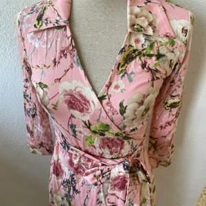 Rosa Omlottklänning Vera Velour Design,Storlek XS ,Pris : 250kr