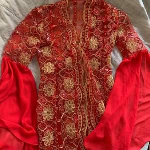 Drömmig glitter/ paljettklännigsak köpt på humana öppen i mitten men kan sättas ihop med säkerhetsnålar