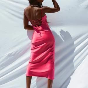 Säljer denna rosa klänningen från Princess Polly, helt slutsåld! Klänningen är aldrig använd, lappen finns kvar! Nypris: 550kr. (Säljer åt en vän) 💘