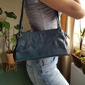 Retro axelväska i en härlig djup blågrön färg. 🌻🦋 I äkta läder och i fint använt skick. Först till kvarn! +frakt 66kr 💫
