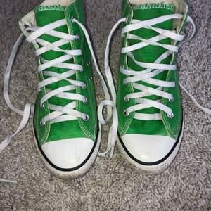 Gröna converse i mycket bra skick. Storlek 34 men passar på min syster som är 36. Använda fåtal gånger. Köparen betalar frakt. Startbud 250kr!