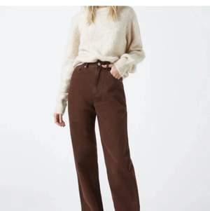 Supersnygga bruna jeans från pull and bear. Storlek 38 men funkar på mig som vanligtvis har storlek 36. Jag har lagt upp dem så de går över foten på mig som är 170 cm. Jag har även sytt igen slits som går att sprätta upp igen om det önskas. Fint skick! Säljer för att de ej kommer till användning.