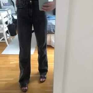 Ett par super trendiga zara jeans som är i ett super fint skick. Skriv för fler bilder, frakten ingår i priset. Nypris 399kr