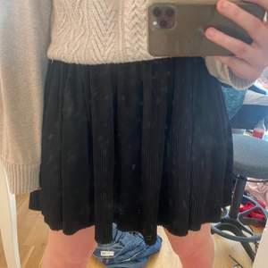 Säljer denna as snygga svarta kjolen. Perfekt till allt!!! Säljer för 150kr plus frakt. Kan även mötas upp i Stockholm. Vid stort intresse sker budgivning. Från monki storlek M