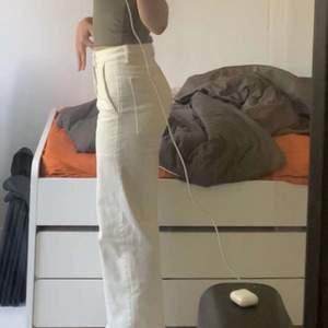 Säljer dessa vita jeans från Cubus. Byxorna är sida/raka Dom är i fint skick och säljs då dom har blivit för små för mig. Dom har stora snygga fickor både fram och bak. Skriv privat vid intresse. Köpta för 350kr. Köparen står för frakt.